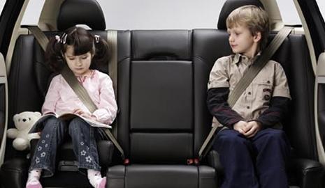 Conoce la guía que ha elaborado la DGT para que los niños siempre vayan seguros en su sillita
