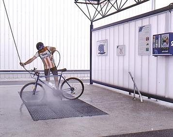 lavando bici en elefante azul