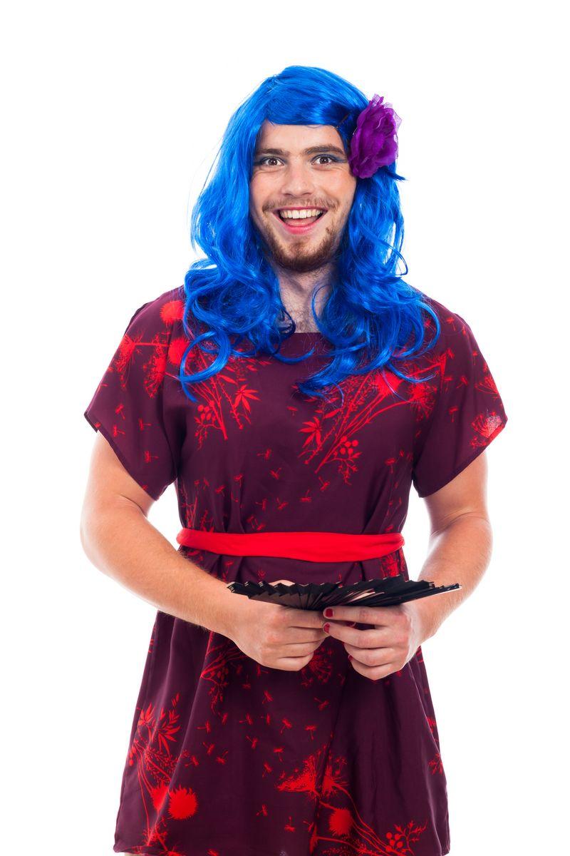 Hombre disfrazado de mujer